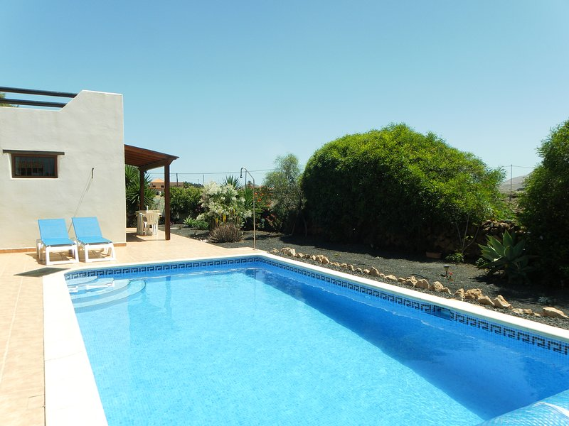 A quality non complex private apartment with Heated Pool And Open Views, holiday rental in Lajares
