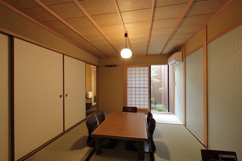 Location! Beautiful house in Historic GION x 5min to KAWARAMACHI Stn x FREE WIFI, holiday rental in Suita