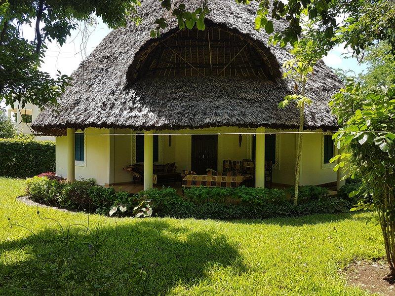 Villa LeoMar mit privaten Pool und 400 m vom Strand, vacation rental in Galu Beach
