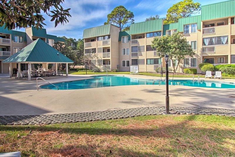 Profitez du luxe d'un complexe comprenant 2 piscines, un bain à remous, des courts de tennis et bien plus encore.