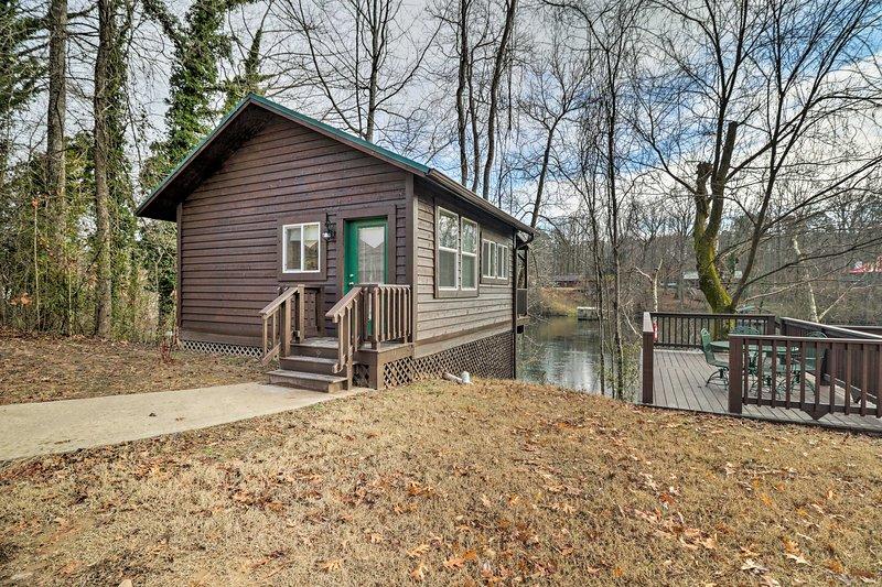 Cozy Heber Springs Cabin w/ Deck & Dock!, casa vacanza a Tumbling Shoals