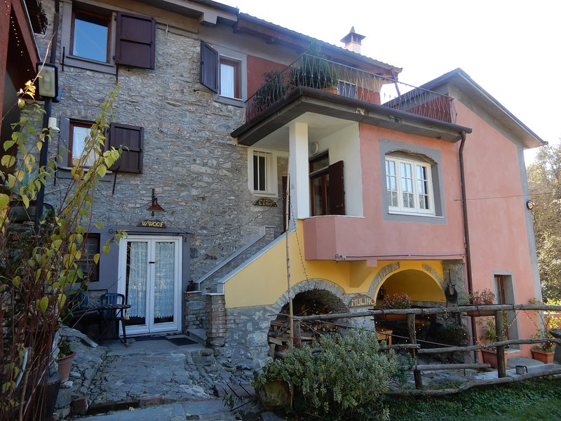 Cinque Terre Apartments in rural farmhouse with swimming pool, vacation rental in Giucano