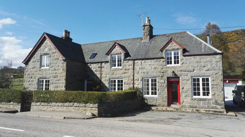 Rowallan is a wonderful family home in the beautiful Highland village of Rogart., casa vacanza a Lairg