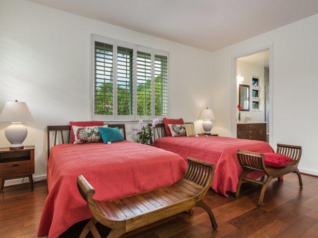 Quarto de hóspedes do segundo andar com duas camas de casal