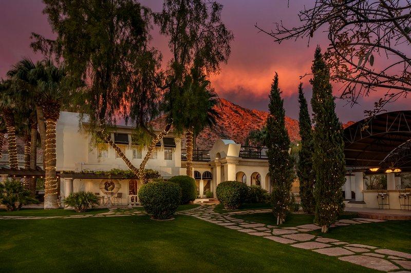 Villa de huéspedes, Camelback Mountain se vuelve roja al atardecer.