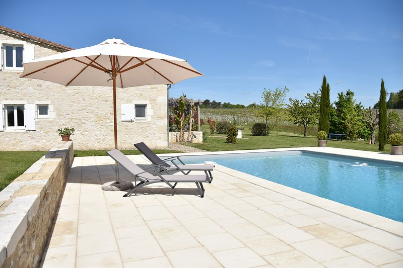 Cottage close to Bordeaux, Saint Emilion and Bergerac, vacation rental in Auriolles