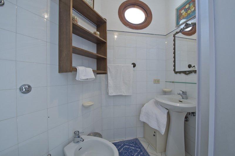 en-suite badkamer met douche