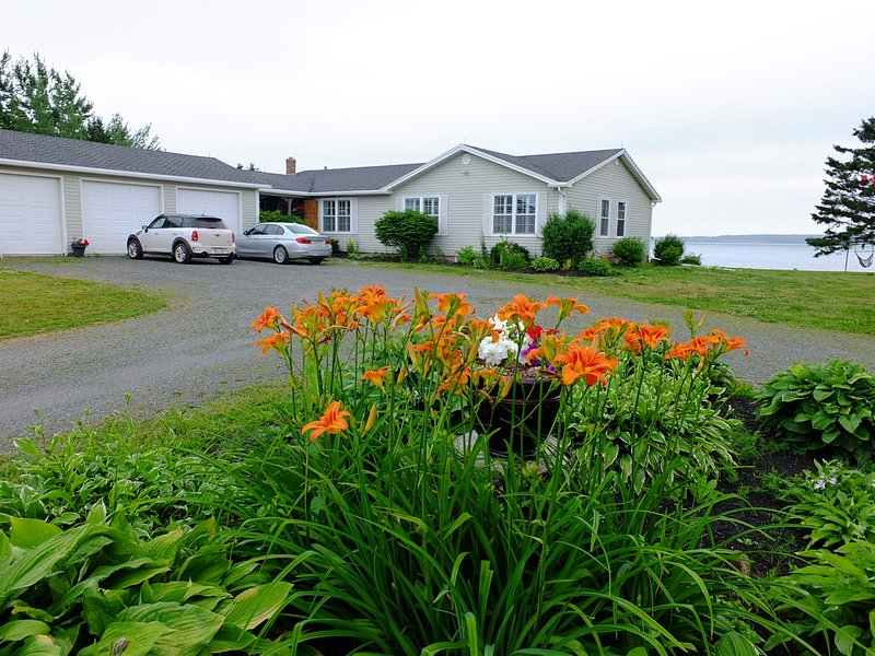 Bluewaters Retreat Vacation Home, holiday rental in Belle River