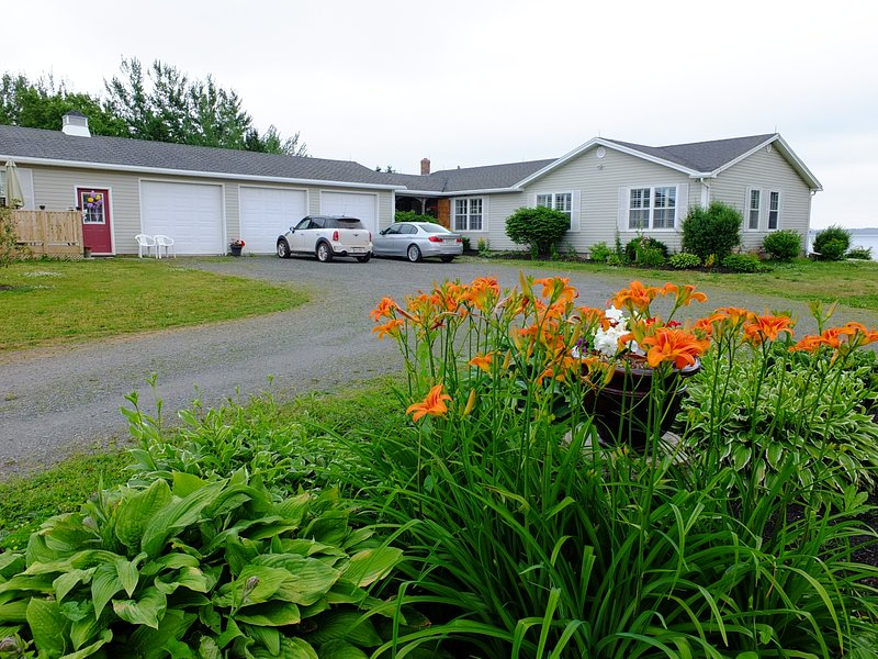 Bluewaters Bachelor Suite, holiday rental in Belle River