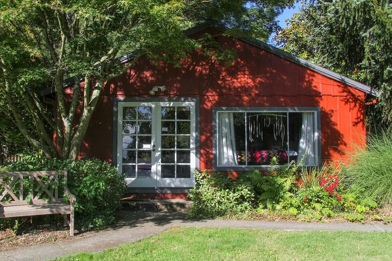 Romantic Wine Country Cottage with View, Hot Tub & Pool, holiday rental in Sebastopol