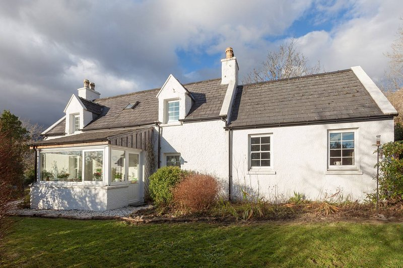 Beautiful Skye Crofter's Cottage, holiday rental in Broadford