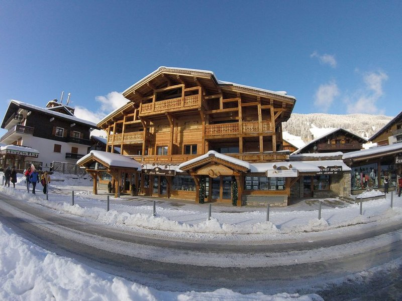 12 - APPARTEMENT NEUF VUE LATERALE PISTES DANS RESIDENCE DE STANDING, vacation rental in Les Gets