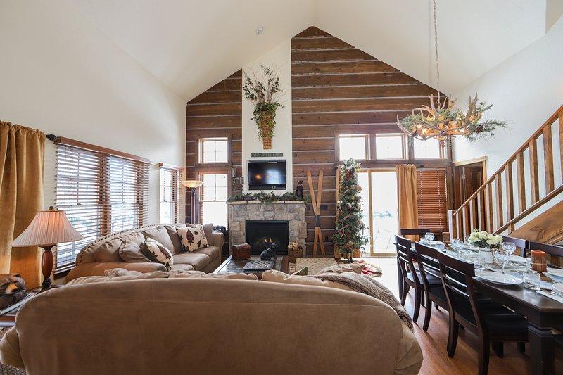 Salon, salle à manger et cuisine ont un plan d'étage ouvert.