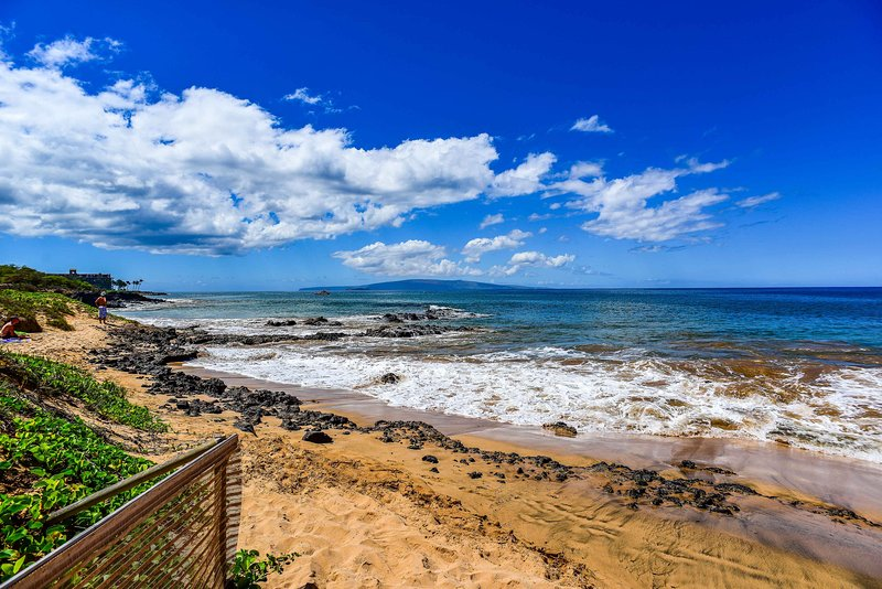 La spiaggia è proprio dall'altra parte della strada dal tuo appartamento!