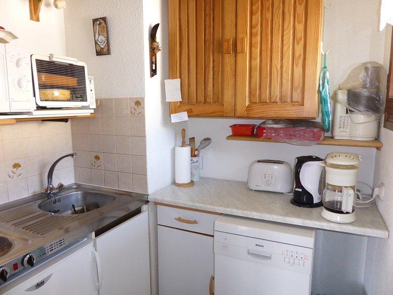 La cuisine entièrement équipée comprend tous les équipements nécessaires pour préparer un délicieux repas.