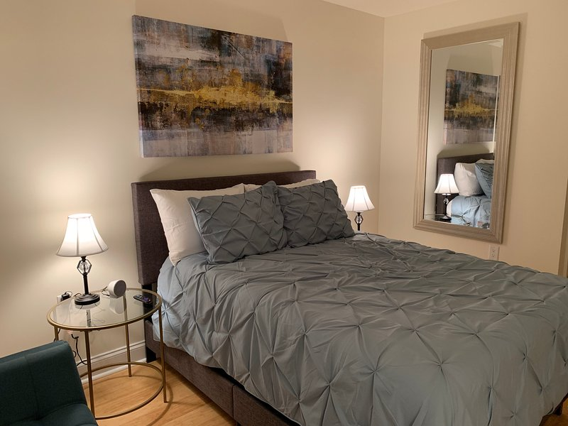 Luxury Master Bedroom on the Hudson, holiday rental in Hackensack