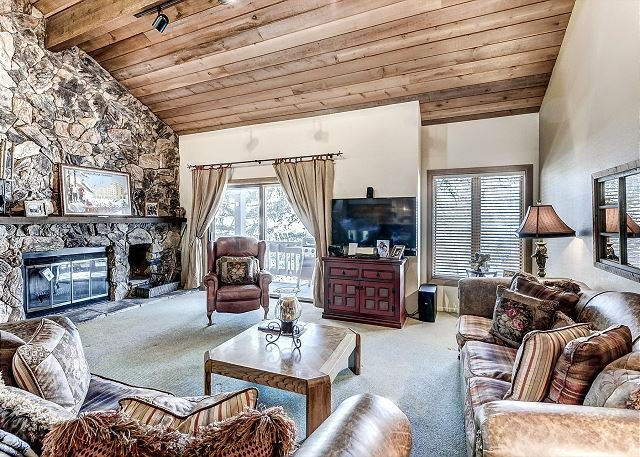 Affordably Priced Cosy Townhome, On-Site Hot Tub and Resort Shuttle Service, holiday rental in Beaver Creek