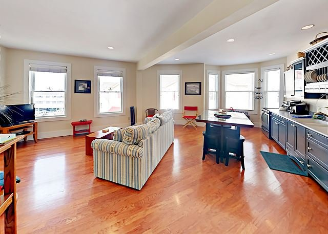 Boothbay Harbor Flat in the heart of Nightlife, Shopping, Boating Excursions, holiday rental in Bayville