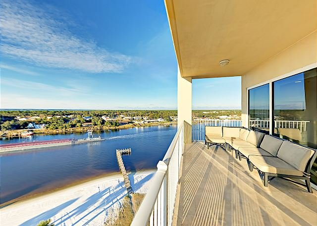 Spacious Condo on the Intracoastal Waterway with Beach, Dock & Pool, holiday rental in Pensacola