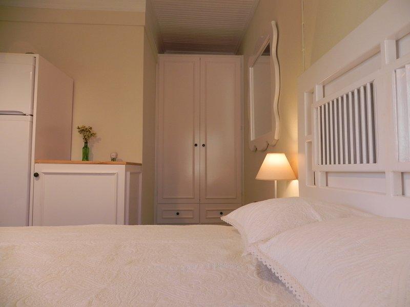 Bucht von Tarti 'Lena' Zimmer am Strand, holiday rental in Piryoi Thermis