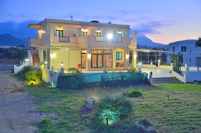 Girogiali Apartments-No.3, holiday rental in Drapanias