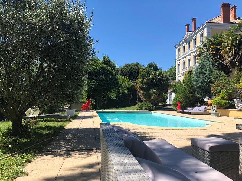 Joli meublé de 75m2 dans maison en pierre, holiday rental in Lozanne