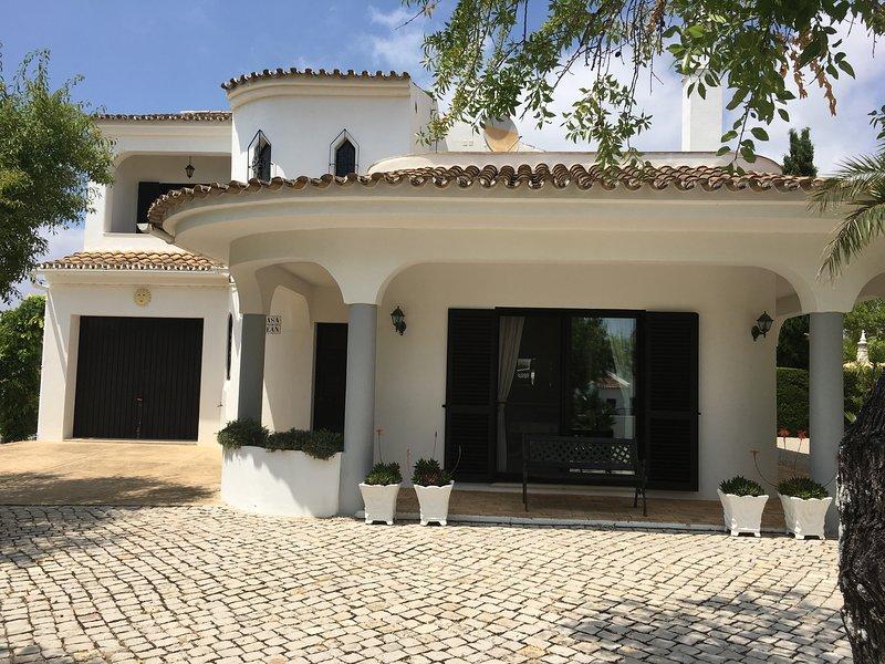 Casa Jean - Algarve - beautiful villa with stunning views and private gardens, location de vacances à Sao Bras de Alportel