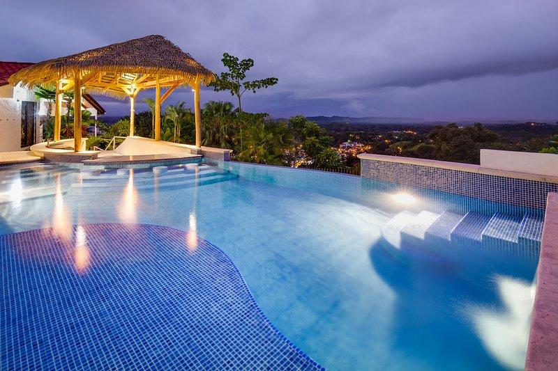 Casa Lucero, Hillside Home, Private Infinity Pool w/Bar, Ocean & Mountain Views, location de vacances à Parc national Manuel Antonio