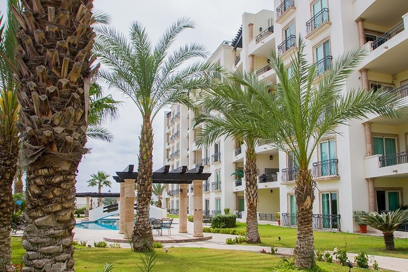Very Clean Unit 1 Block to Medano Beach 10-15 Min Walk to Downtown and Marina, location de vacances à Cabo San Lucas