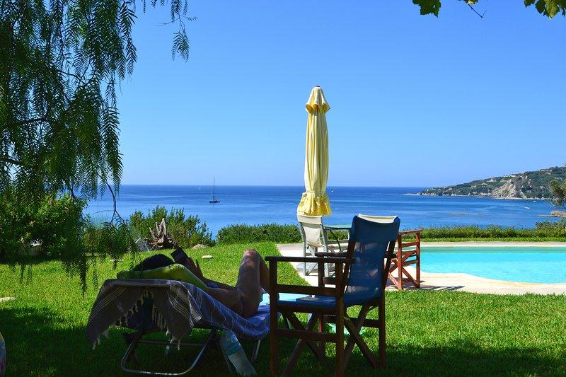 Villas Kefalonia: villa de 4 dormitorios: relájese en el césped disfrutando de las impresionantes vistas al mar