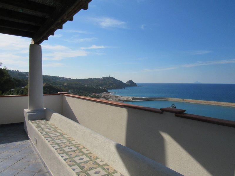 Magico Scafa - Bilocale con splendida terrazza panoramica vista mare ed Eolie, vacation rental in Ficarra