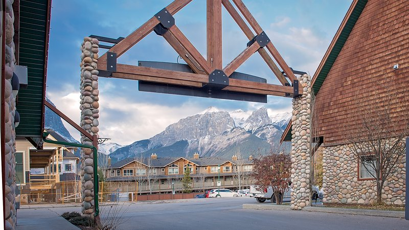 Mystic Springs Hot Pools Chalet, holiday rental in Canmore