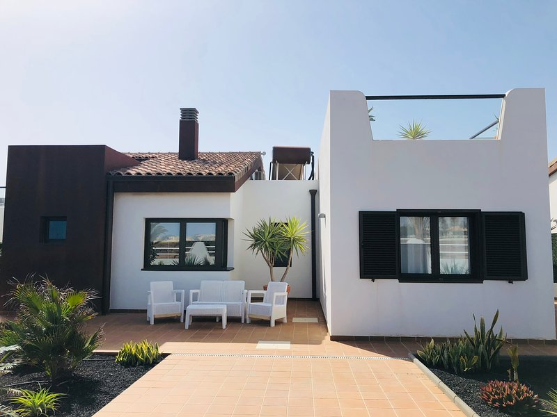 Luxury new villa with private pool 300m from beach on golf resort - HIGHLY RATED, holiday rental in Caleta de Fuste