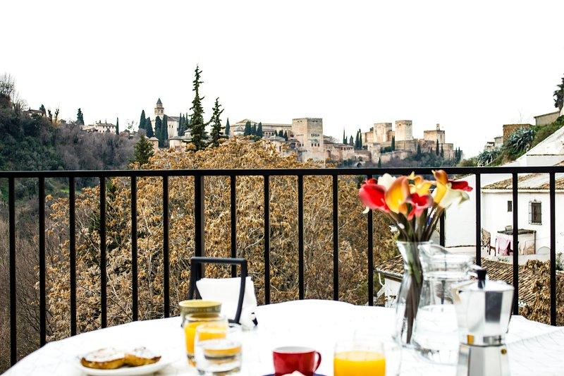 Casa-Cueva en Sacromonte, terraza con vistas a la Alhambra, 6 personas, vacation rental in Viznar