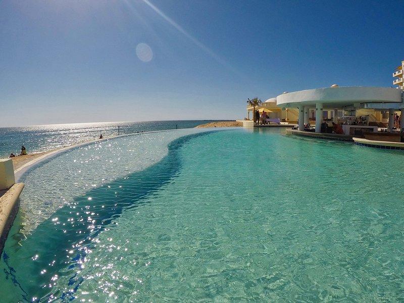 Stunning 4 Bedroom Beach Villa on Sandy Beach at Las Palmas Beachfront ResortV10, location de vacances à Puerto Penasco