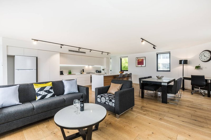 Sydney Townhouse with Parking and Deck, vacation rental in Arncliffe