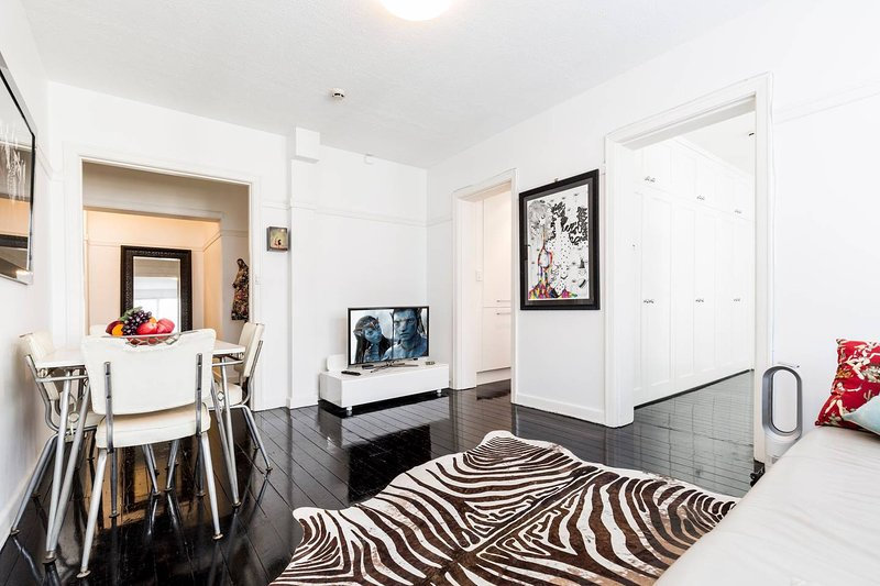 Two Bedroom Apartment in Elizabeth Bay/Potts Point, holiday rental in Double Bay