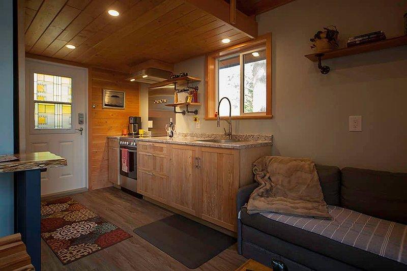 Amplio pasillo con cocina de tamaño completo.