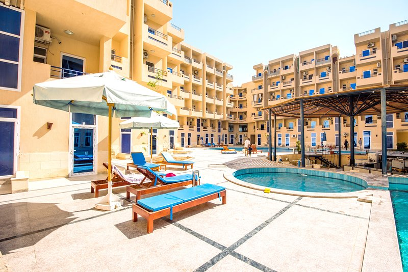 Poolside Patio ★ Kitchenette ★ Washing Machine ★ Satellite TV | Swimming Pools, alquiler vacacional en Hurghada