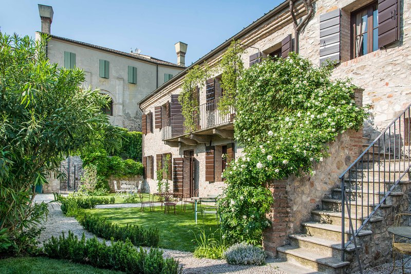 Casa Zorzi near Venice spectacular guesthouse of a castle with heated pool, location de vacances à Battaglia Terme