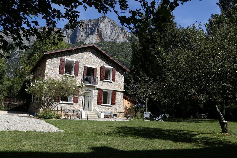 Maison de charme + jardin - 10 pers - 5 ch - 3 sdb - 2 WC, location de vacances à Ussat
