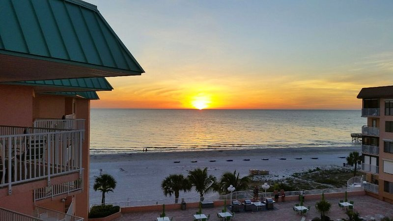 Oceanfront Condo at Beach Cottage One.  1400 SQ Ft with 2 King Beds., vacation rental in Indian Shores