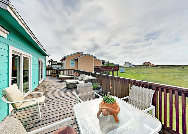 Port Aransas Lost Colony House w/ Large Deck, Pool & Boardwalk to Beach, location de vacances à Port Aransas
