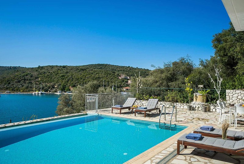 Renovated villa with sea and harbour front views, location de vacances à Astakos