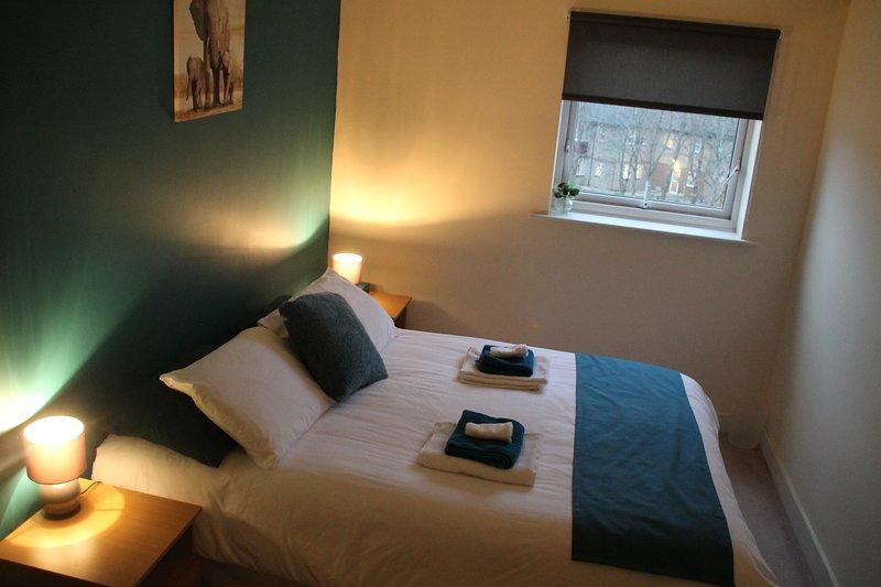 Hauptschlafzimmer, Kingsize-Doppelbett, 2-Sitzer-Sofa, Einbauschrank, Ensuite-Badezimmer