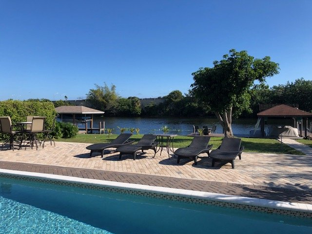 Waterfront Home - Private Pool, Hot Tub, Boat Dock, Home Theater, alquiler vacacional en Lake Worth