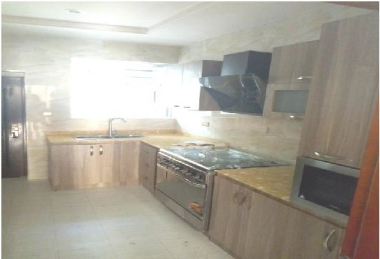 Brand New Luxury Serviced Townhouse (4 bed/4.5 bath) off Adeniyi Jones, holiday rental in Lagos State