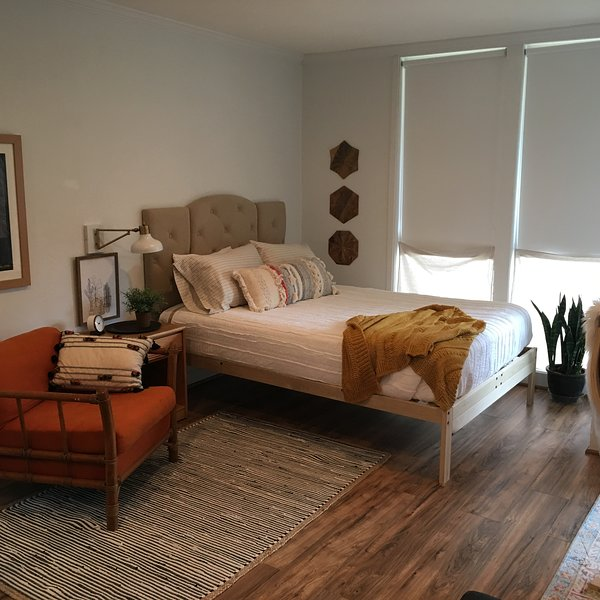 Newly Renovated, Dreamy Boho Studio with Bay View, location de vacances à Tillmans Corner