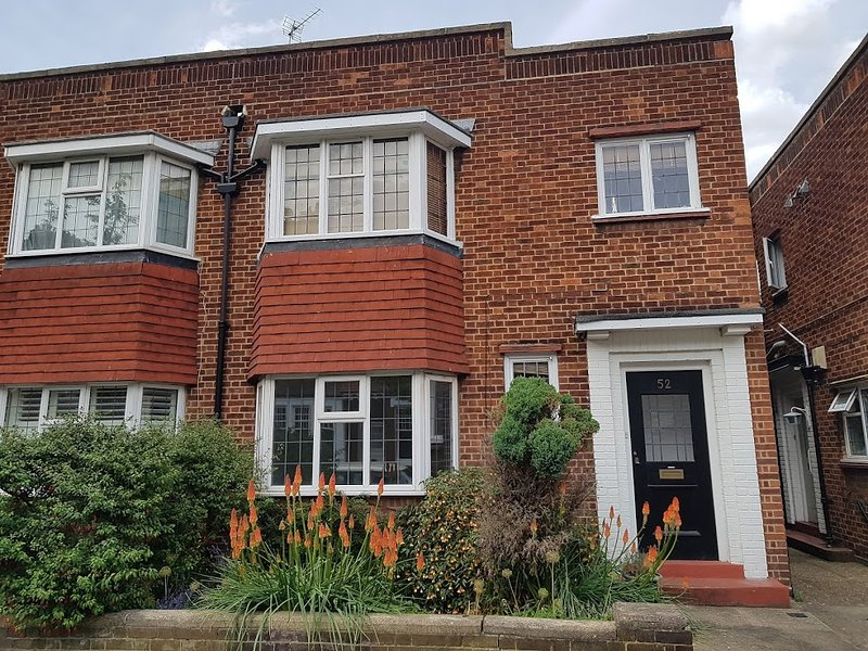 Lovely 2 beds London Flat 2 mins to Chiswick Park Tube, alquiler vacacional en Ealing