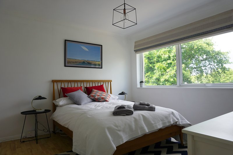 Stylish 3 bed High St mews flat with 2 car parks, holiday rental in East Boldre